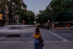 Femme se tenant sur la rue de Barcelone photos stock