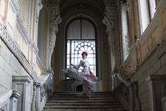 Femme se tenant sur le dessus d'un escalier photo libre de droits