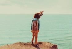 Femme se tenant sur le littoral par temps venteux photo stock