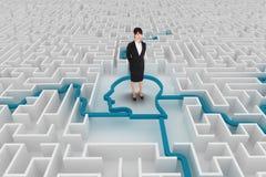 Femme se tenant sur un labyrinthe photographie stock libre de droits