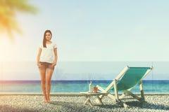 Femme se tenant sur un rivage d'océan Photographie stock
