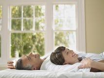 Femme se trouvant avec le mari dans le lit images libres de droits