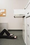 Femme se trouvant par le meuble d'archivage image stock