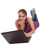 Femme se trouvant sur l'étage avec l'ordinateur portatif Image libre de droits
