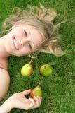 Femme se trouvant sur l'herbe Image libre de droits