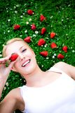 Femme se trouvant sur l'herbe photos libres de droits