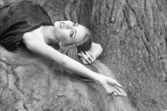 Femme se trouvant sur la pierre Image stock