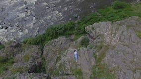 Femme se trouvant sur la roche banque de vidéos