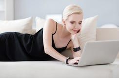 femme se trouvant sur le bâti avec l'ordinateur portable photographie stock