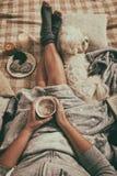 Femme se trouvant sur le lit avec le chien Photographie stock