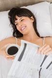 Femme se trouvant sur le lit avec la tasse de café Photo libre de droits