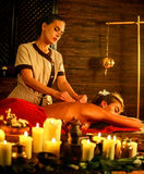 Femme se trouvant sur le lit en bois luxary de station thermale de massage Photos libres de droits