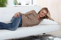 Femme se trouvant sur le sofa photos libres de droits