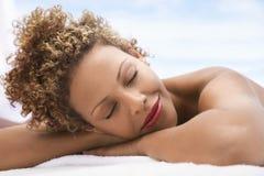 Femme se trouvant sur le Tableau de massage photographie stock libre de droits