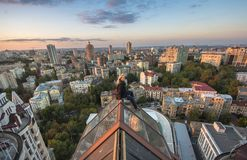 Femme seatting sur le toit sur le bâtiment moderne à Kiev, Ukraine Photo libre de droits