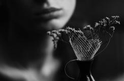 femme sec des languettes s de fleurs Photos stock