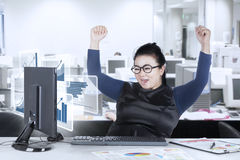 Femme semblant la statistique financière sur l'écran photo libre de droits