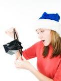 Femme semblant le sac intérieur de cadeau d'achats Images libres de droits