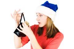 Femme semblant le sac intérieur de cadeau d'achats Photos stock
