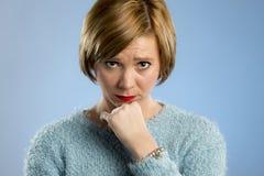 Femme semblant méfiante et triste dans l'expression coupable et désolée de visage Photographie stock