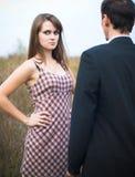 Femme semblant offensé au-dessus de l'épaule de l'homme Image libre de droits