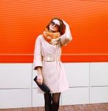 Femme sensuelle assez élégante de mode de rue dans le manteau et les sunglass photos stock