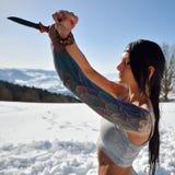 Femme sensuelle attirante en bref tenant le couteau Photographie stock libre de droits