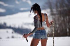 Femme sensuelle attirante en bref tenant le couteau photos stock