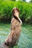 Femme sensuelle attirante en rivière Image stock