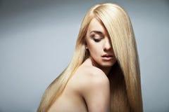 Femme sensuelle avec de longs cheveux blonds droits brillants Images stock