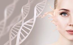 Femme sensuelle avec l'éclaboussure de base parmi des chaînes d'ADN Photographie stock