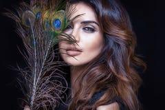 Femme sensuelle avec la plume de paon Image libre de droits