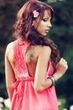 Femme sensuelle avec le tatouage sur elle en arrière Photographie stock