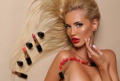 Femme sensuelle avec les cheveux blonds avec la pose avec beaucoup de rouges à lèvres Image libre de droits