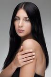 Femme sensuelle avec les cheveux brillants noirs et les yeux verts Image libre de droits