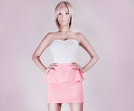 Femme sensuelle blonde de beauté. Images stock