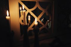 Femme sensuelle dans la chambre noire avec des bougies Image libre de droits