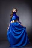 Femme sensuelle dans la robe bleue de scintillement, fausses pierres Image libre de droits