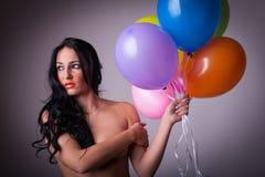 Femme sexy de brune tenant des ballons Image libre de droits