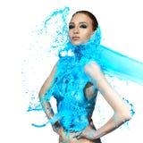 Femme sensuelle et grandes vagues de peinture Éclaboussure bleue Photo libre de droits