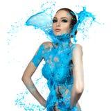 Femme sensuelle et grandes vagues de peinture Éclaboussure bleue Image stock