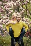 Femme sensuelle et homme en fleur de magnolia Image stock