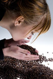 Femme sentant les grains de café Photo libre de droits