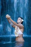 femme sereine paisible de cascade à écriture ligne par ligne Photo stock