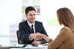 Femme serrant la main au conseiller financier images stock