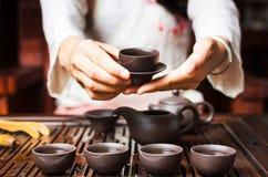 Femme servant le thé chinois dans une cérémonie de thé photo libre de droits