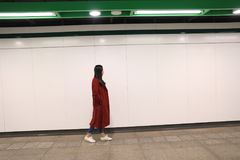 Femme seul marchant la nuit photo libre de droits