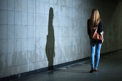 Femme seul marchant la nuit Photographie stock libre de droits