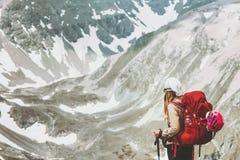 Femme seul trimardant aux montagnes image stock