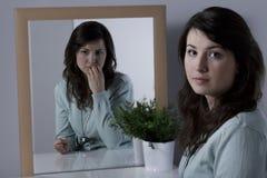 Femme seule avec des complexes image stock